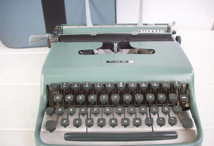 Maquina de escribir olivetti pluma 22.