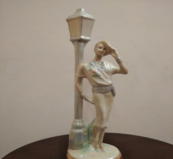 Mujer posando en farola