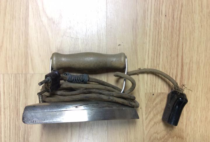 Plancha eléctrica antigua con cable
