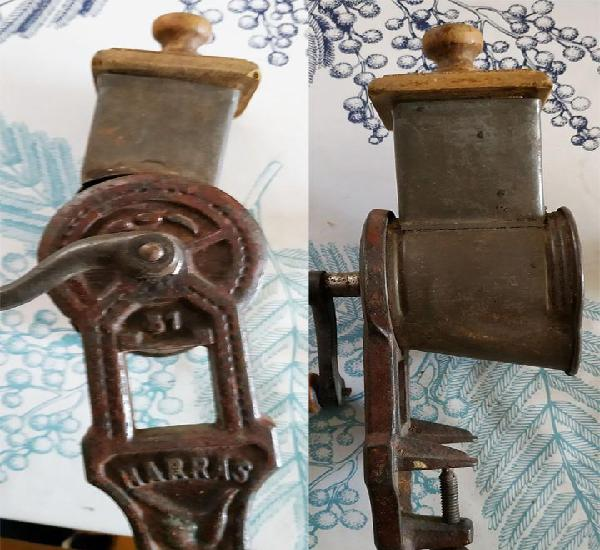 Antiguo molinillo de pan harras mide 25 cm de largo con tapa