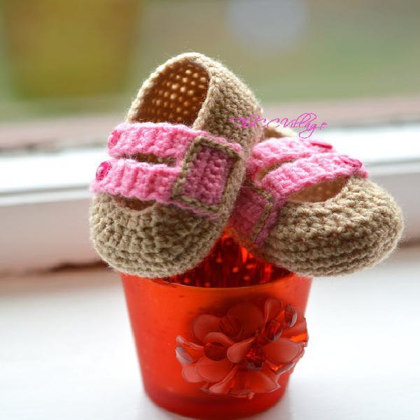 Beige y rosa hecho a mano crochet bebé zapatos de niña con