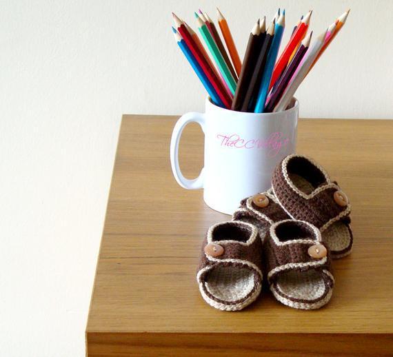 Marrón, beige hecho a mano crochet sandalias de bebé niño