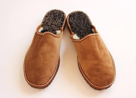 Zapatillas para hombre hechas de piel de oveja de cuero