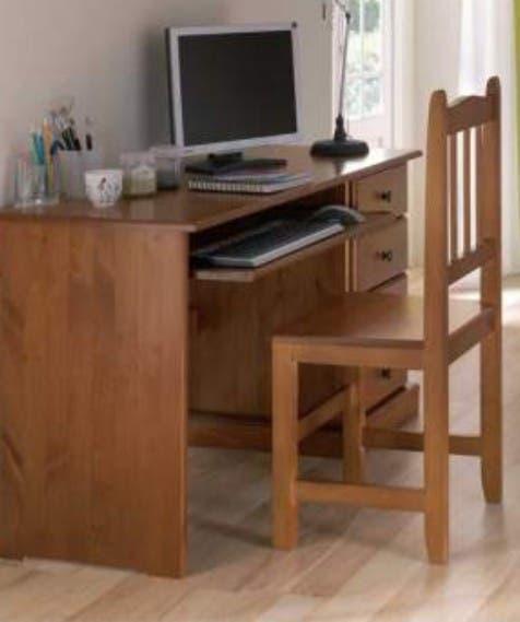 Escritorio de madera maciza con silla.