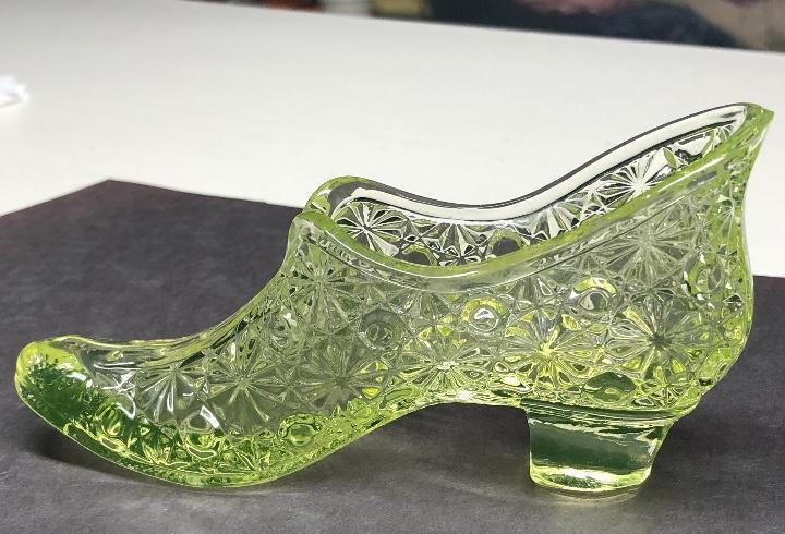 Raro zapato de cristal tallado. hecho con oxido de uranio.