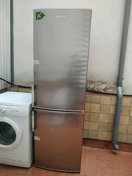 Combinación de nevera y freezer bauknecht.