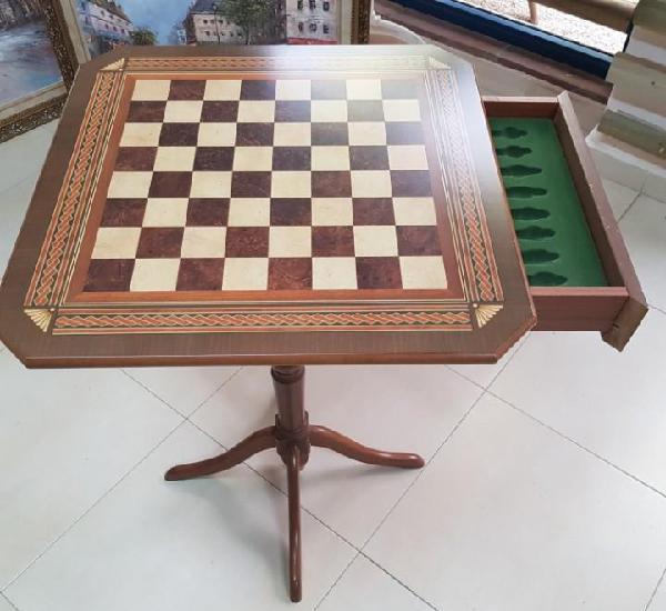 Mesa con tablero de ajedrea