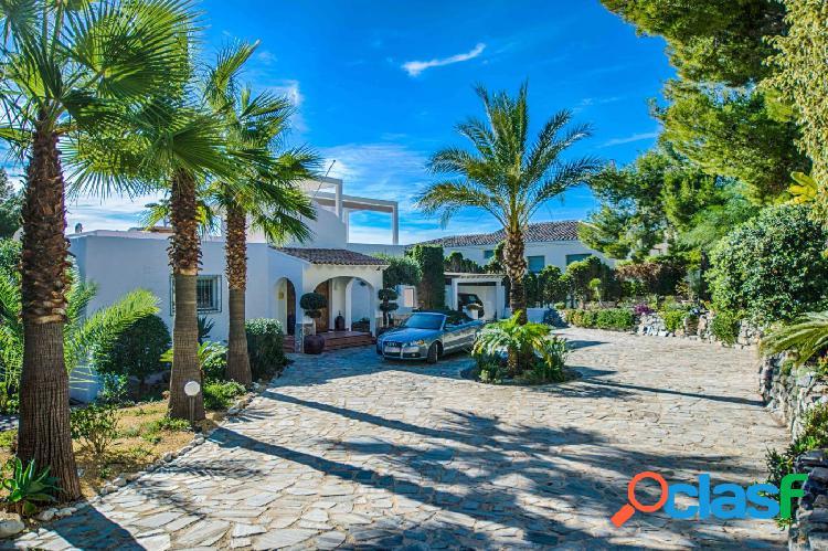 Fantástica villa de 4 dormitorios con apartamento de invitados y preciosas vistas al mar en altea.