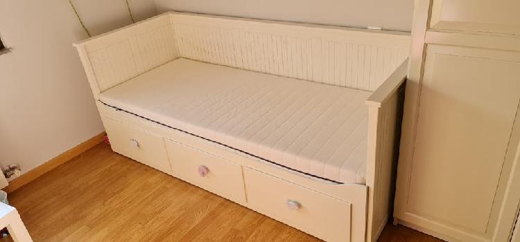 Cama individual, cama doble y sofá cama. blanca