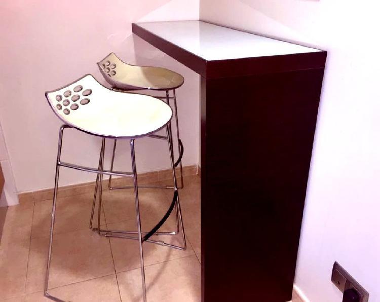Mesa alta con taburetes cocina o escritorio
