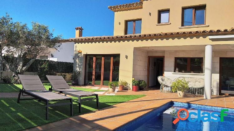 Casa muy nueva en urbanización mas trempat con gran garaje, piscina y jardín.