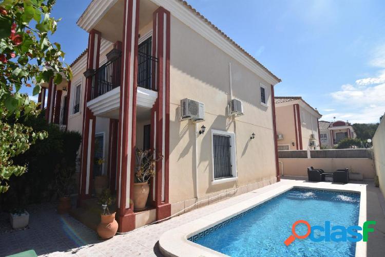 Casa con piscina privada.