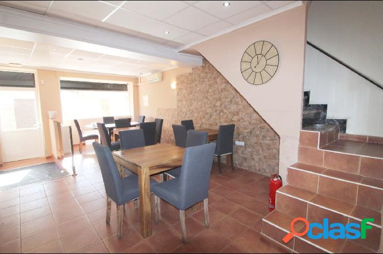 Restaurante/cafetería totalmente equipada con 2 apartamentos