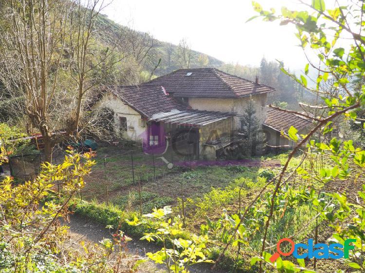 Casa independiente registrada como dos viviendas con terreno alrededor y buen acceso en tolosa