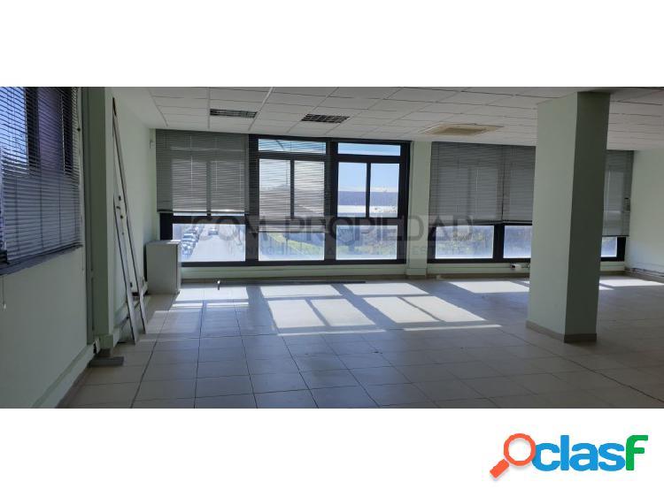 Oficina muy luminosa con 101 m2 en polígono son fuster frente toy's'r