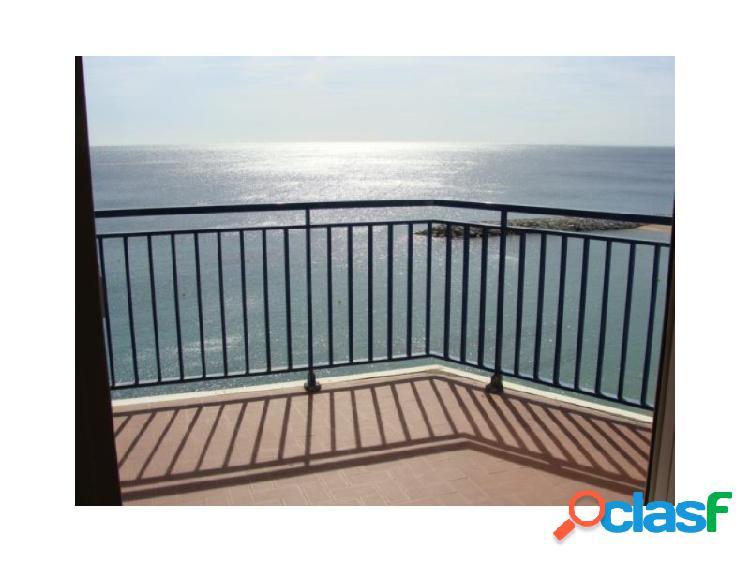 Elegantísimo piso en 1a línea de mar, con balcón directo al mar.