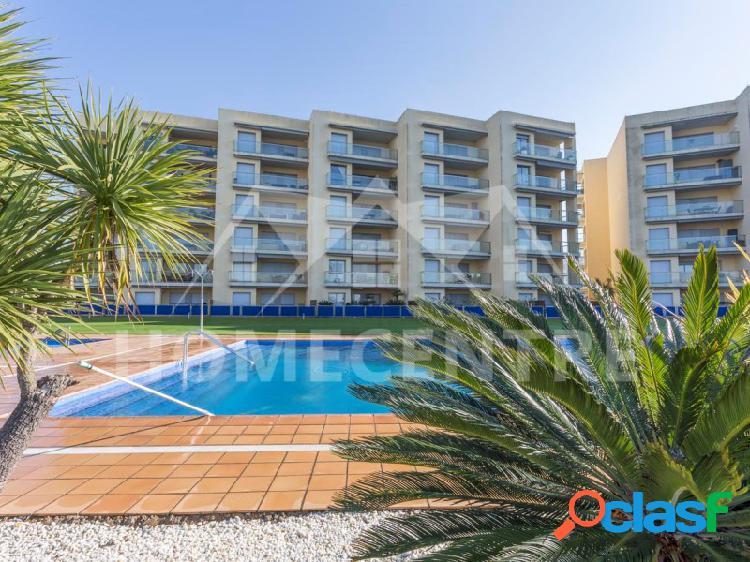 Apartamento con vista al canal, terraza y piscina