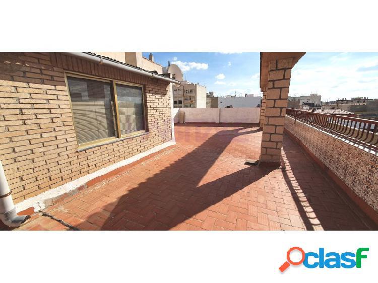 Elda centro: casa de 4 plantas, con local, oficina, 2 viviendas y terraza. 260.000 €