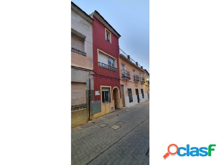 Casa de tres plantas con terraza, en monforte del cid. precio 60.700 euros