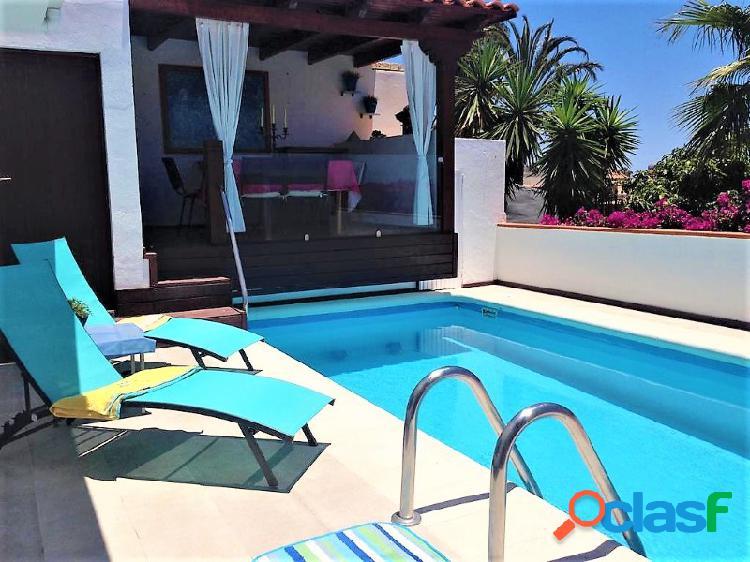 Preciosa villa de 6 habitaciones, piscina privada y vistas al mar en la zona residencial de Chayofa