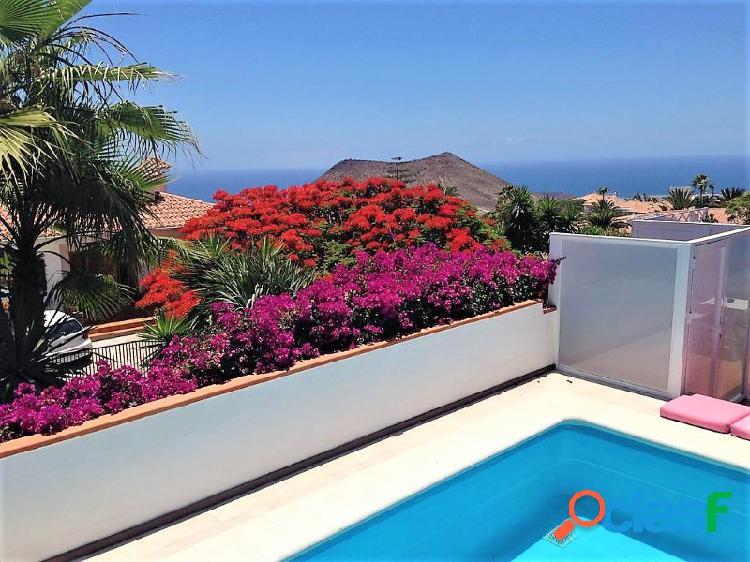 Preciosa villa de 6 habitaciones, piscina privada y vistas al mar en la zona residencial de Chayofa 1