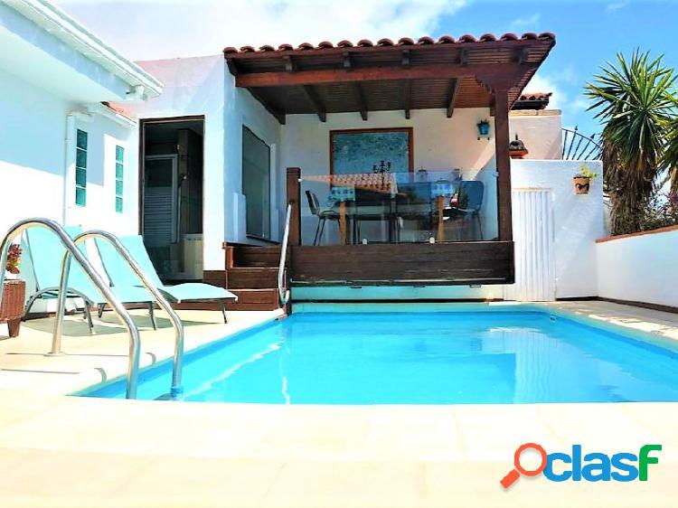 Preciosa villa de 6 habitaciones, piscina privada y vistas al mar en la zona residencial de Chayofa 2
