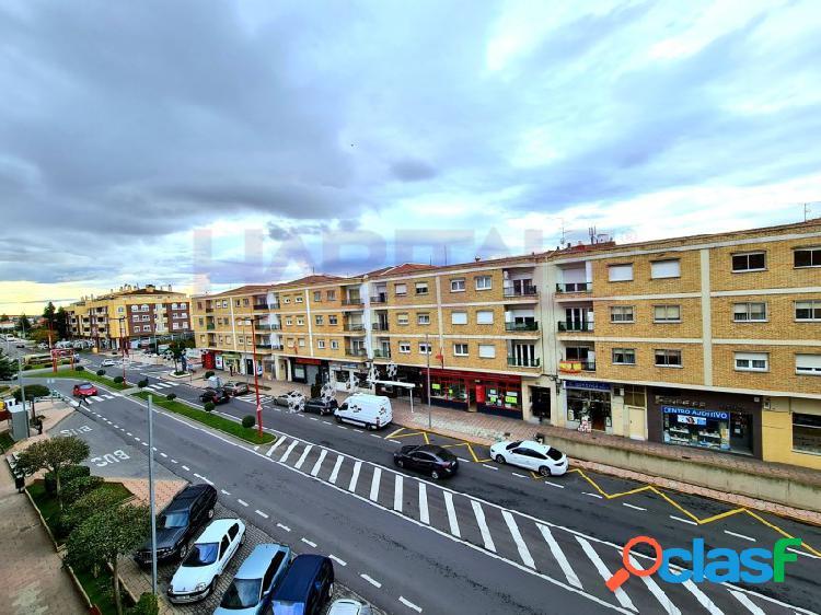 En carretera de madrid en santa marta de tormes se vende piso con orientación sur de 3 dormitorios, salón, cocina, baño y aseo. se incluye plaza de garaje.