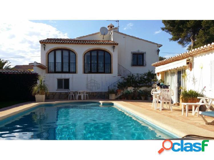 Casa individual con piscina, con una segunda vivienda en costa nova (jávea).