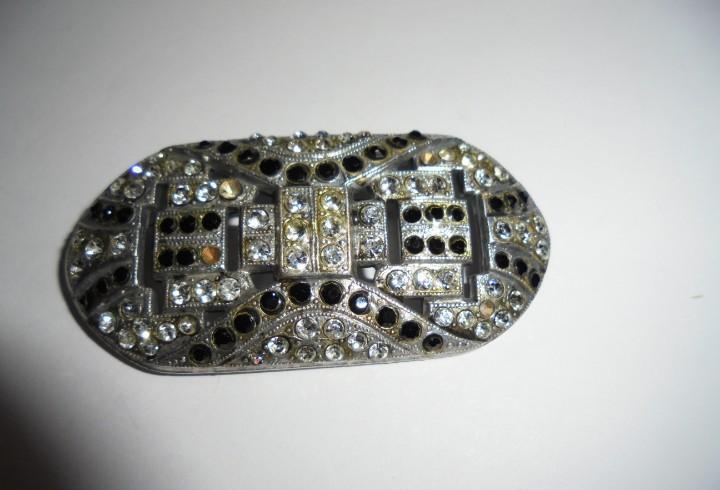 Antiguo broche con cristales.le faltan 1 negro y 4 de los
