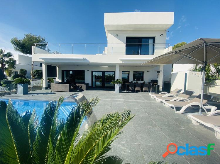 Villa de lujo estilo moderno con vistas al mar en venta en la urbanización San Jaime en Moraira