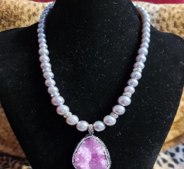 Collar perla gris y colgante piedra rosa de cuarzo