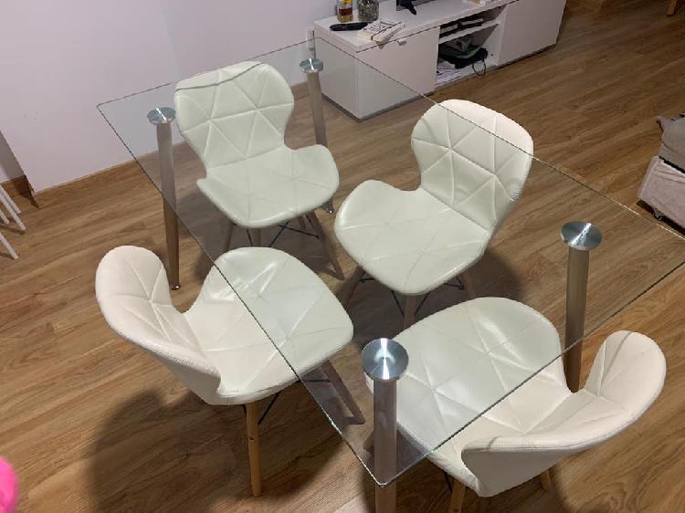Mesa comedor de vidrio con cuatro sillas