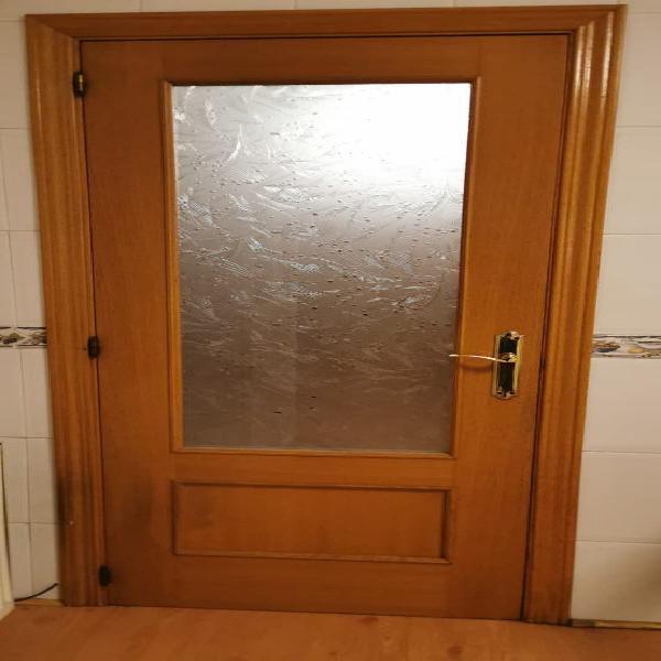 Puerta acristalada de cocina.