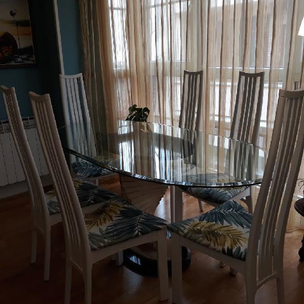 Mesa, sillas y espejo