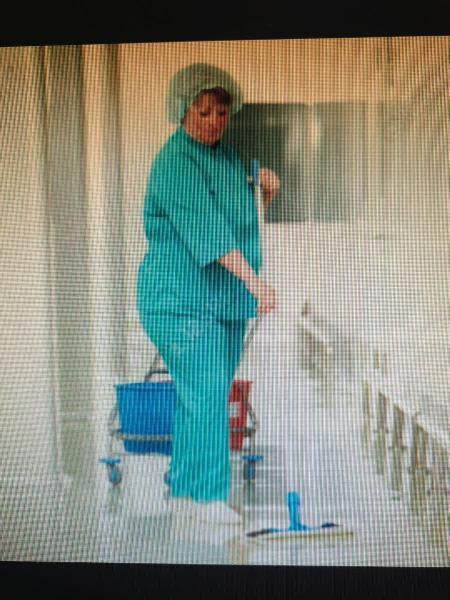 Mujer española limpieza,cuidar personas mayores