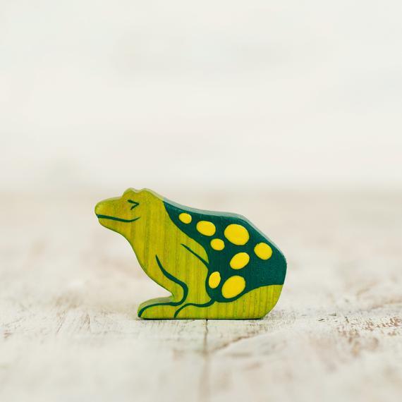Figura de rana de jardín de madera de juguete