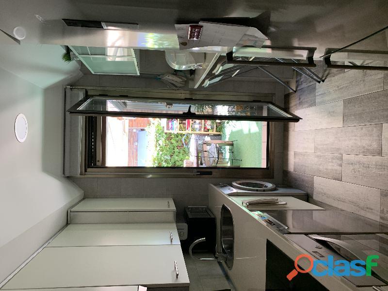 Muebles de cocina en blanco con tiradores cromados en muy buen estado ,mueble vajillero y barra de