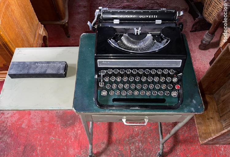 Antigua máquina de escribir hispano olivetti en perfecto