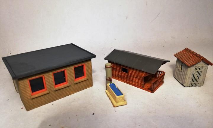 Escala h0. lote de tres pequeñas casetas. maquetas montadas