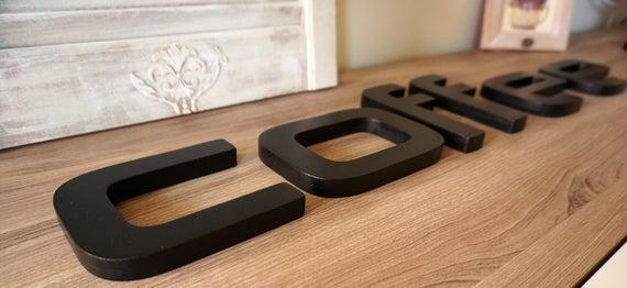 Firma de madera café letras de madera, letras futuristas