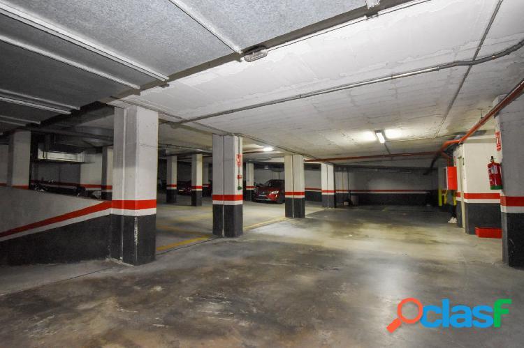 Plaza de garaje para coche y moto en el centro de cambre