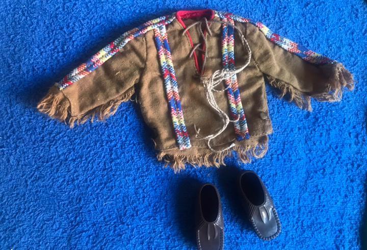 Mocasines y camisa del geyperman guerrero indio