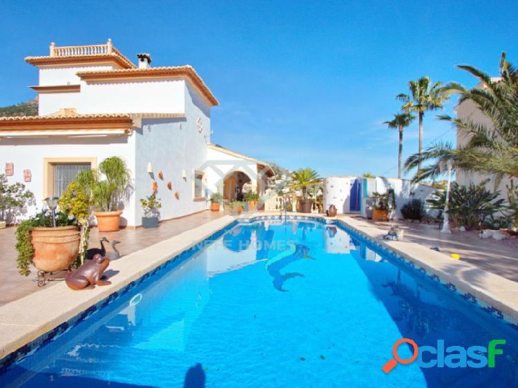 Villa mediterránea de altas calidades con vistas impresionantes cerca de puerto blanco
