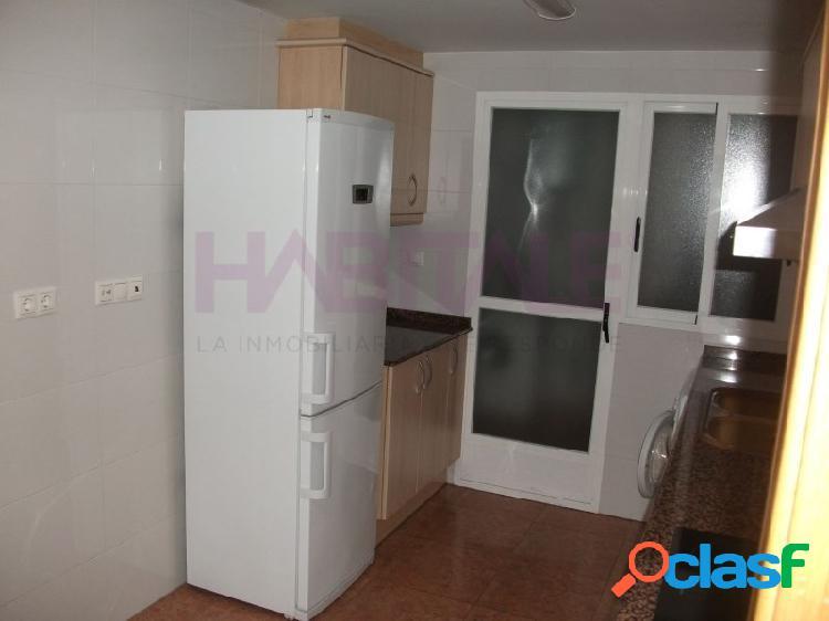 Vivienda seminueva en alquiler, 3 habitaciones, 2 baños, la vivienda es un segundo con ascensor, esta amueblada, y los gastos de comunidad, IBI de la vivienda son por cuenta del propietario.  1