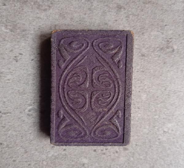 Domino antiguo de madera tallada y pintada
