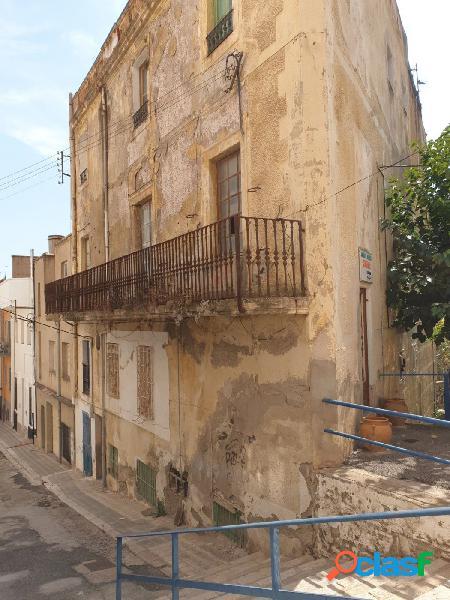 Edificio para reformar situado en el centro del pueblo de portbou