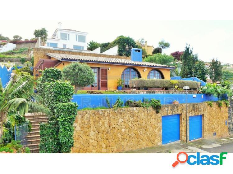 Chalet de estilo rústico con piscina climatizada, garaje y bellas vistas al mar.