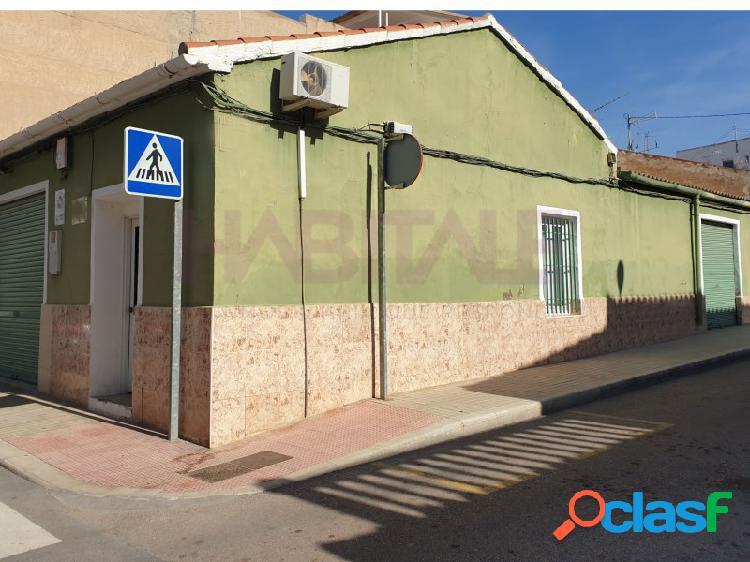 Casa 128 m2, preparada como local con entrada garaje y oficina. 140.000 €