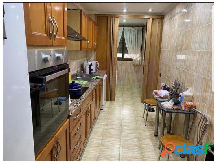Gran oportunidad,piso 4 habitaciones totalmente equipado y 2 baños,situado en una tranquila zona. 1