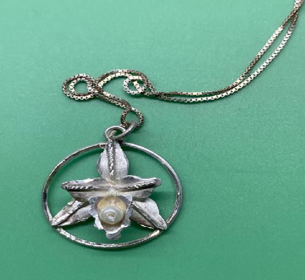 Colgante artesano de plata. orquídea con perla y cadena